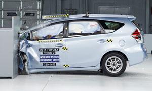 2015-Toyota-Prius-V-small-overlap2