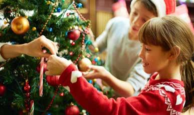 kids-decorating-xmas-tree.jpg